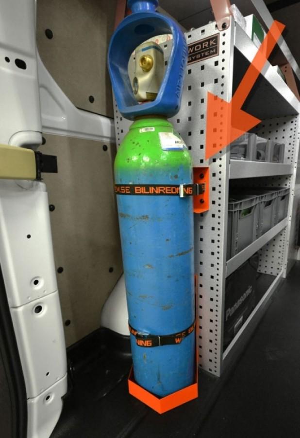 De gasflessenhouder geplaatst in de bedrijfswagen.