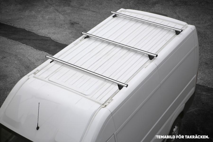 De dakdragers geplaatst op het dak van de bedrijfswagen.