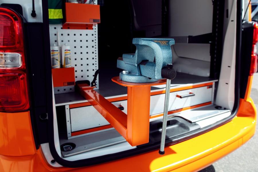 De bankschroefsteun geplaatst in de bedrijfswagen.
