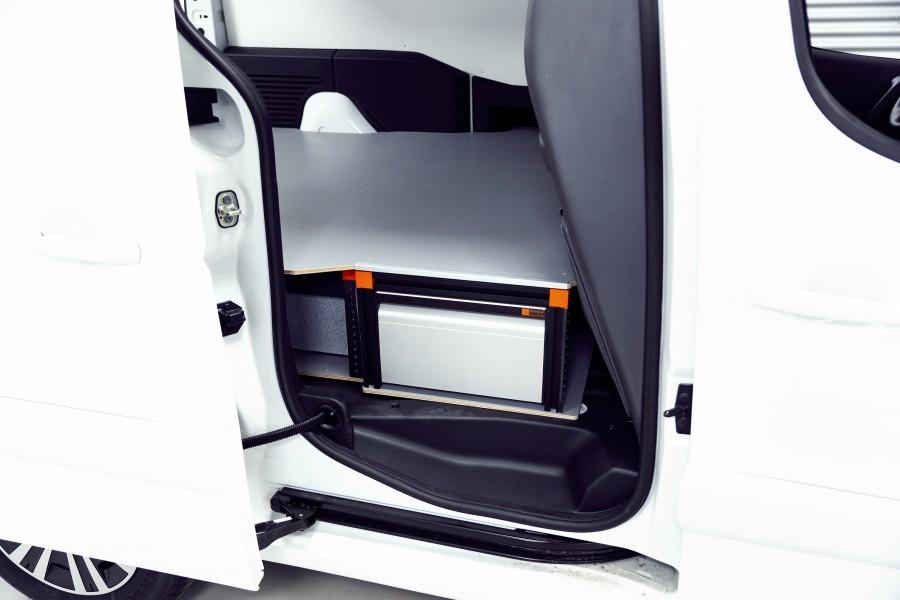 Het product geplaatst in de bedrijfswagen zoals te zien vanaf de zijdeur.