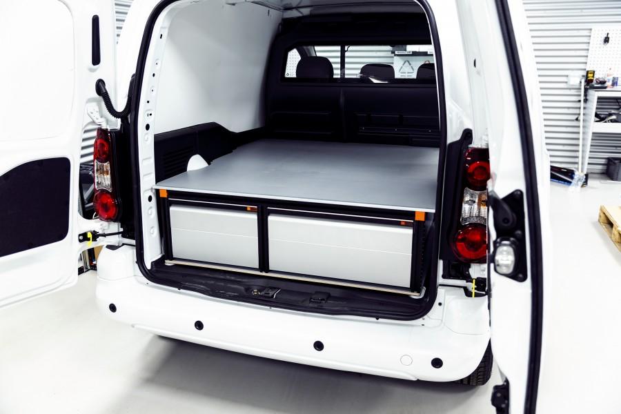 Het product geplaatst in de bedrijfswagen zoals te zien vanaf de achterdeuren.