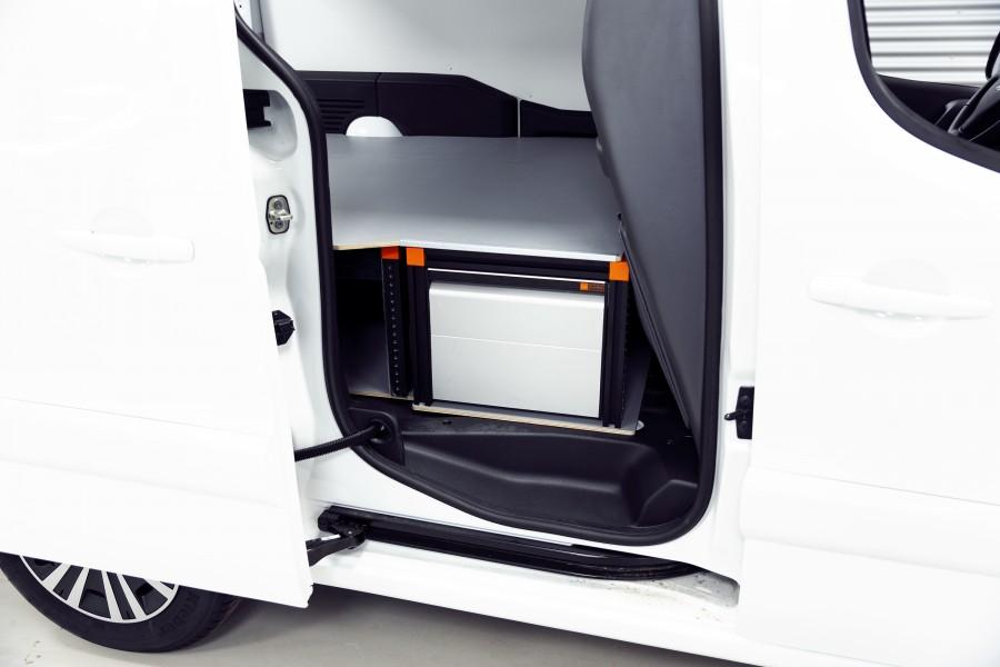 Het product geplaatst in de bedrijfswagen zoals te zien vanaf de zijkant.