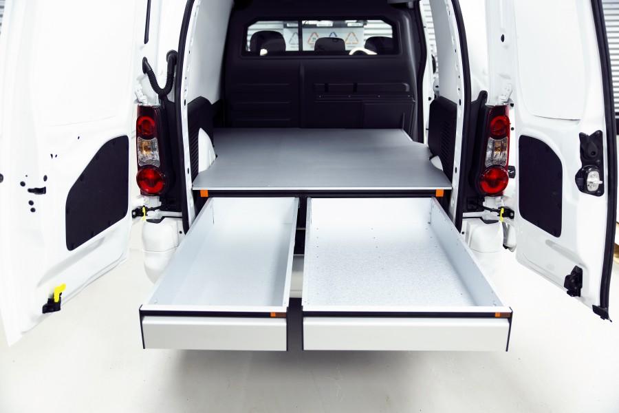 Het product geplaatst in de bedrijfswagen met open lades.