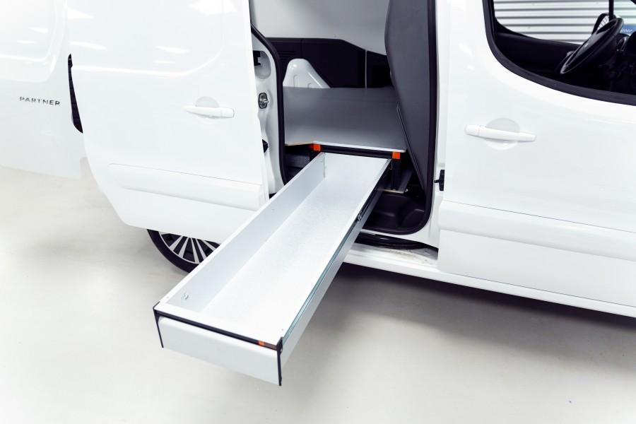 Het product geplaatst in de bedrijfswagen met open lade.