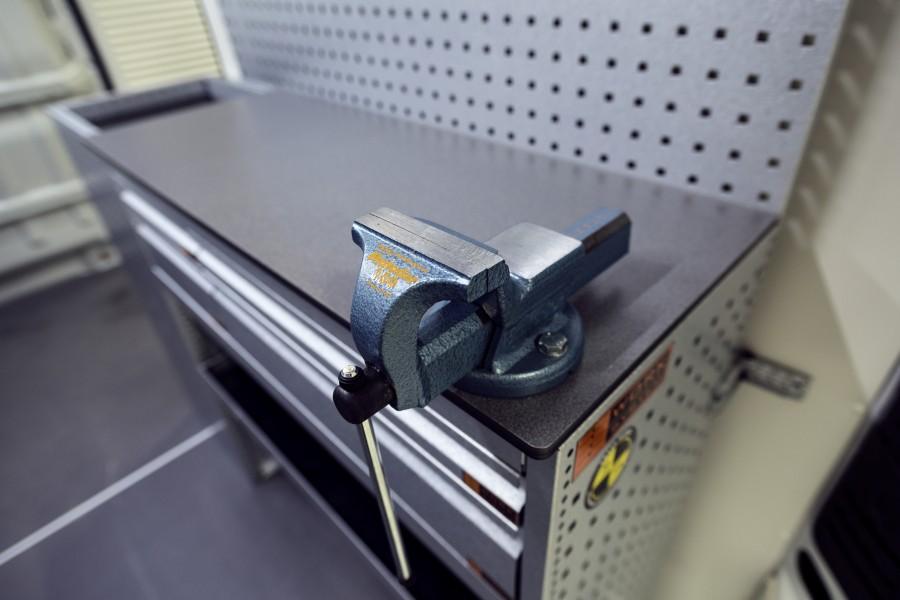 De bankschroef geplaatst op het stellingsysteem.